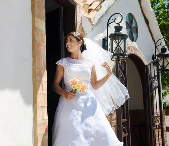 Daniela saliendo a su boda